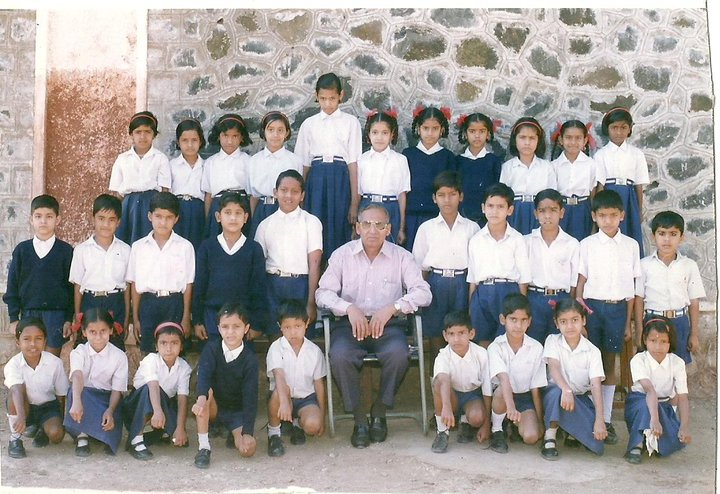 school kids posing for class group photo